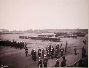 Император Николай II (в группе первый слева) и сопровождающие его военные чины принимают парад войск во время визита их императорских величеств в порт императора Александра III для освящения Морского собора.