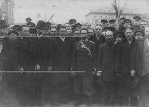 Группа рабочих с врачем полка на закладке здания офицерского флигеля.