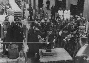 Император Николай II закладывает кирпич в стену строящегося здания  новых казарм  полка; справа от него - великий князь Павел Александрович.
