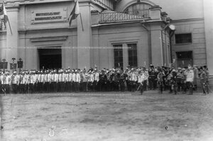 Генералы и офицеры на полковом празднике у  Конногвардейского манежа.