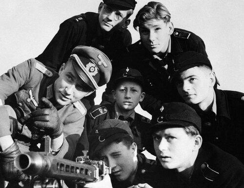 2-«Гитлерюгенд» учится стрелять из пулемета, Германия, 27.12.44.jpg