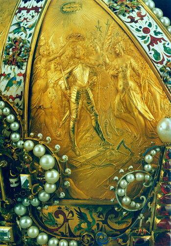 Корона Императора Рудольфа II Габсбурга (фрагмент: декор пластины — коронация Рудольфа II как Короля Венгрии в Пресбурге)