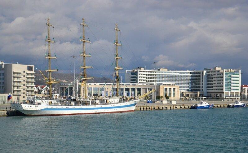 Парусник Мир в Имеретинском порту