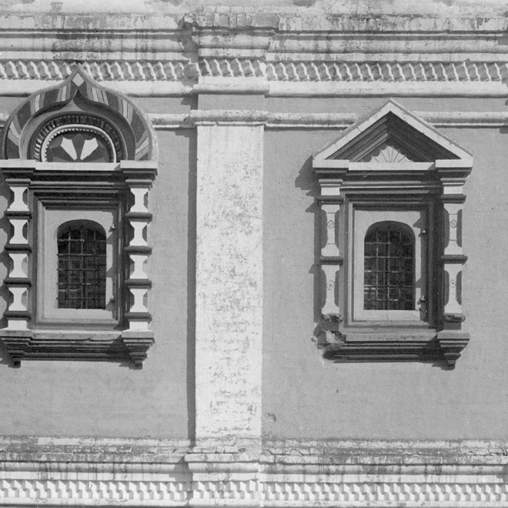 Кремль. Архиерейский дом. Окна церкви Архиерейского дома