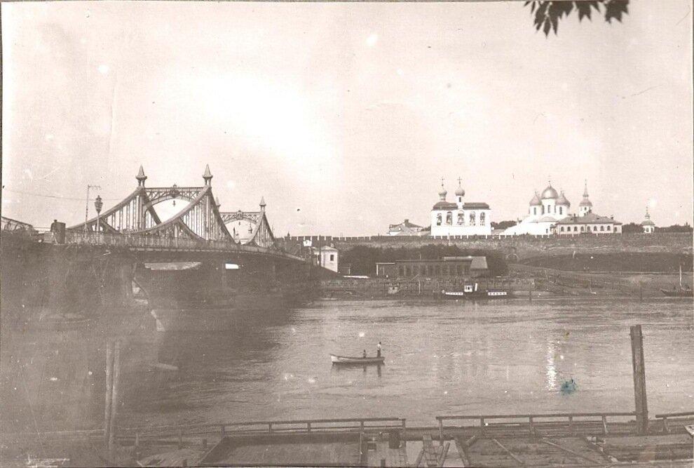 Волховский мост и Кремль.