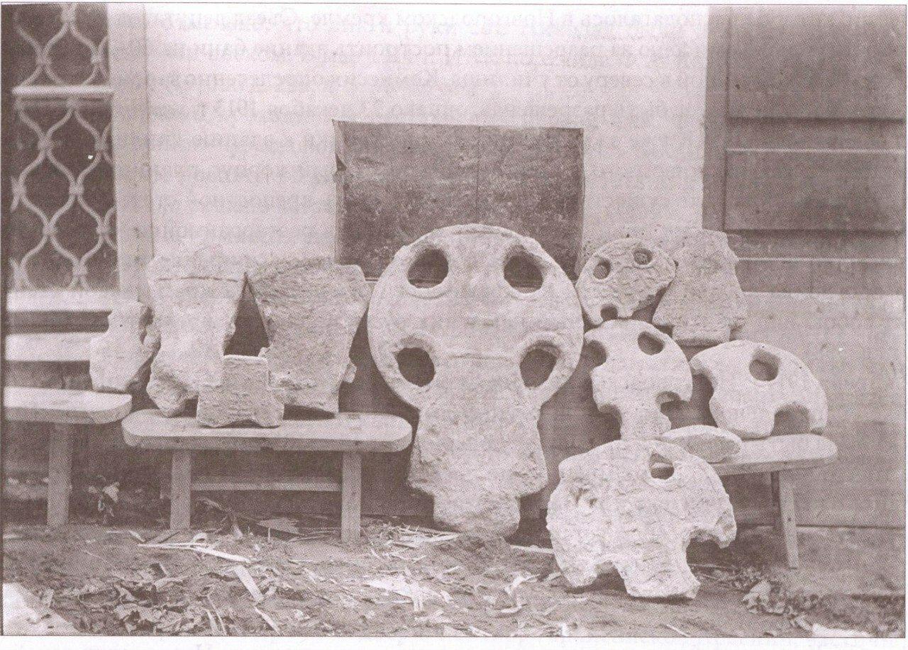 Каменные кресты, найденные у здания Новгородской консистории во время строительства епархиального дома. 1911