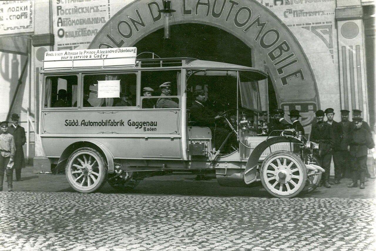 Автобус перед зданием Михайловского манежа, в котором проходила выставка автомобилей
