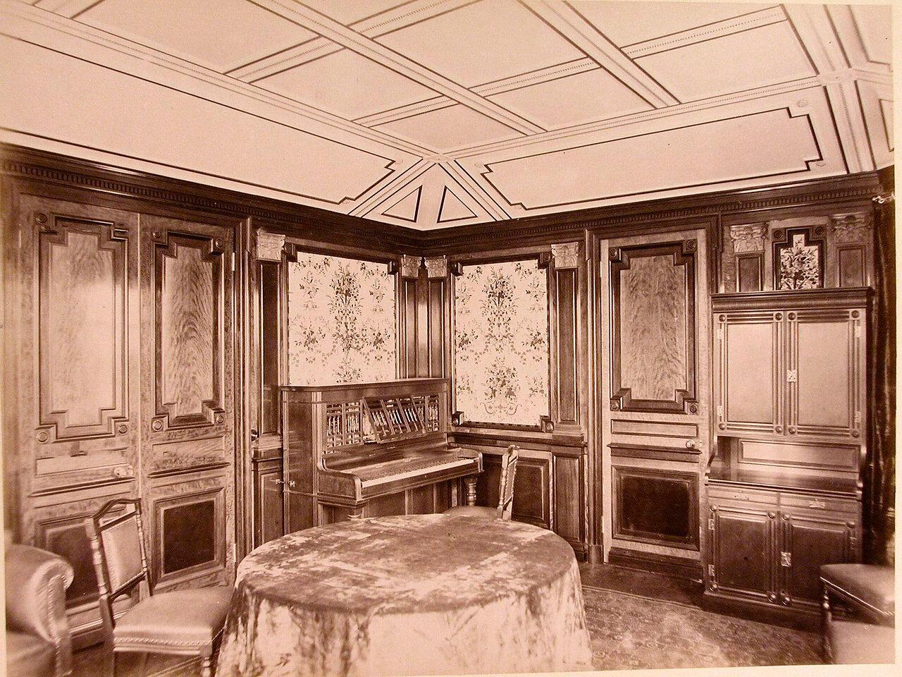 13. Вид части гостиной на яхте «Ливадия»