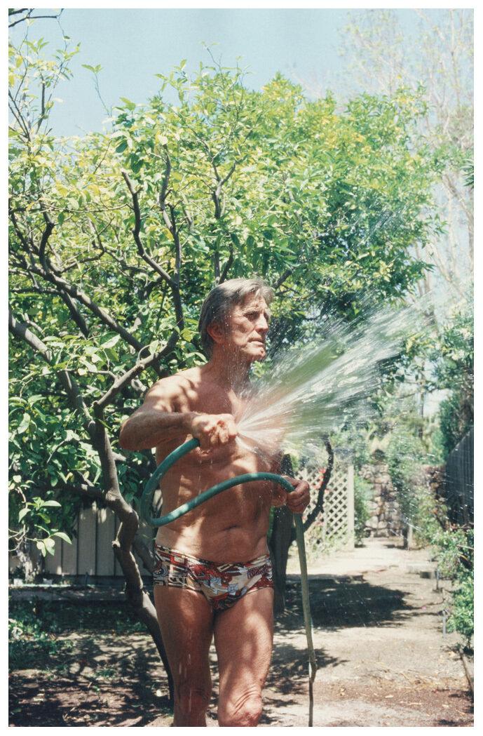 1986. Кирк Дуглас поливает цветы возле своего дома в Палм-Спрингс