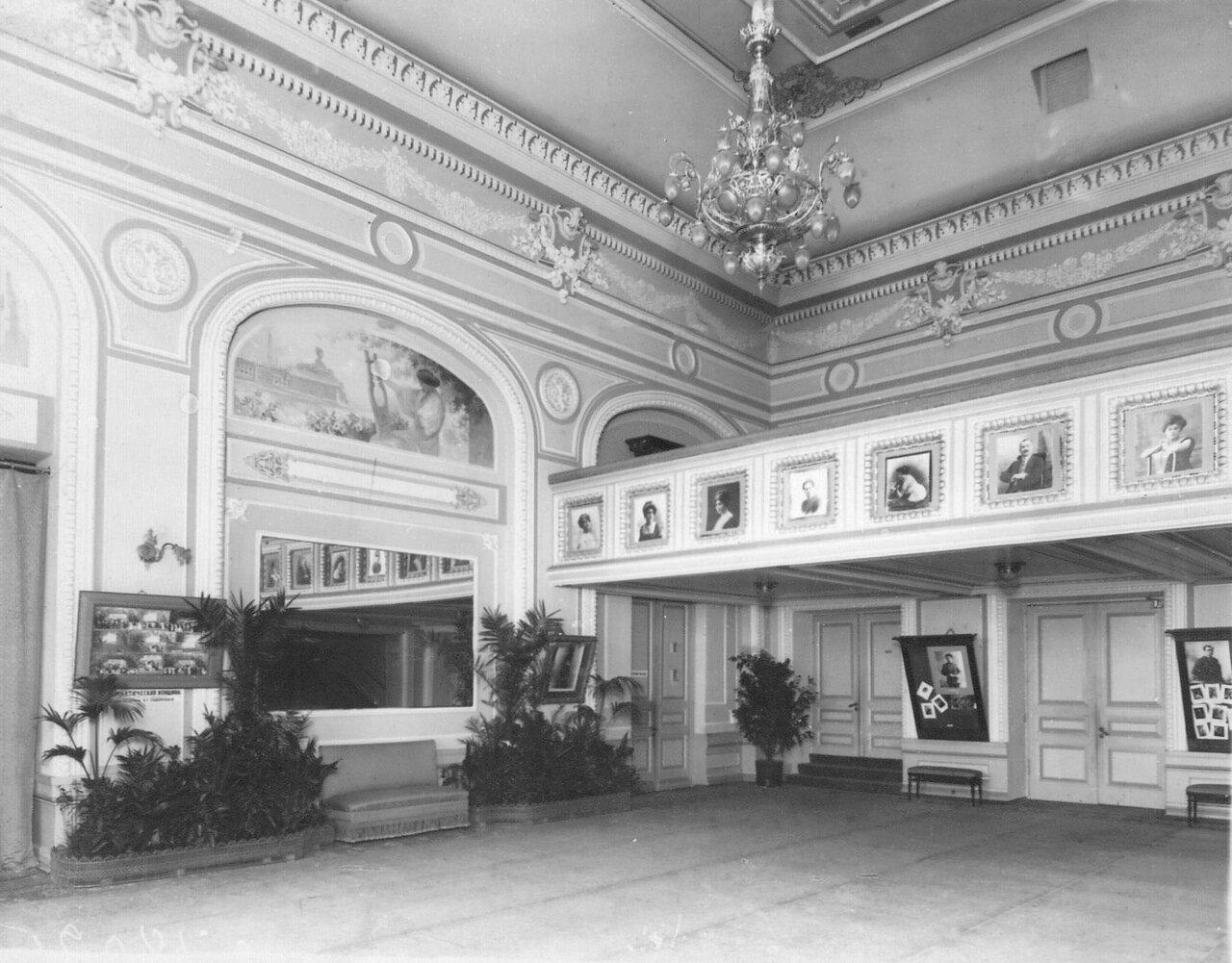 04. Часть зала фойе театра