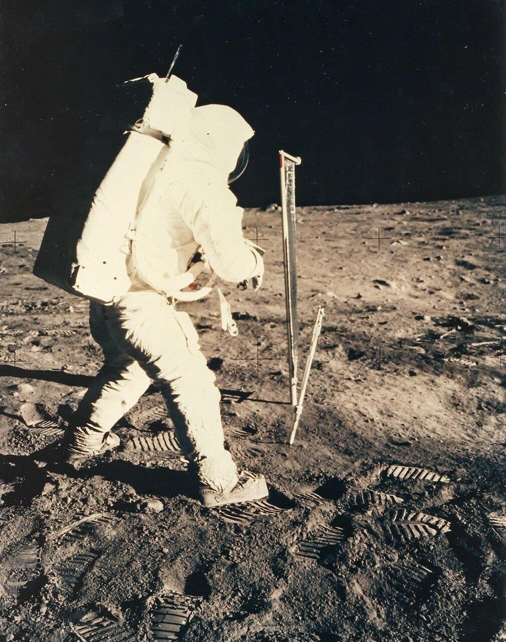 Нужно было собрать документированные образцы лунного грунта. По плану на это отводилось около 30 минут.   На снимке: Базз Олдрин собирает образцы грунта