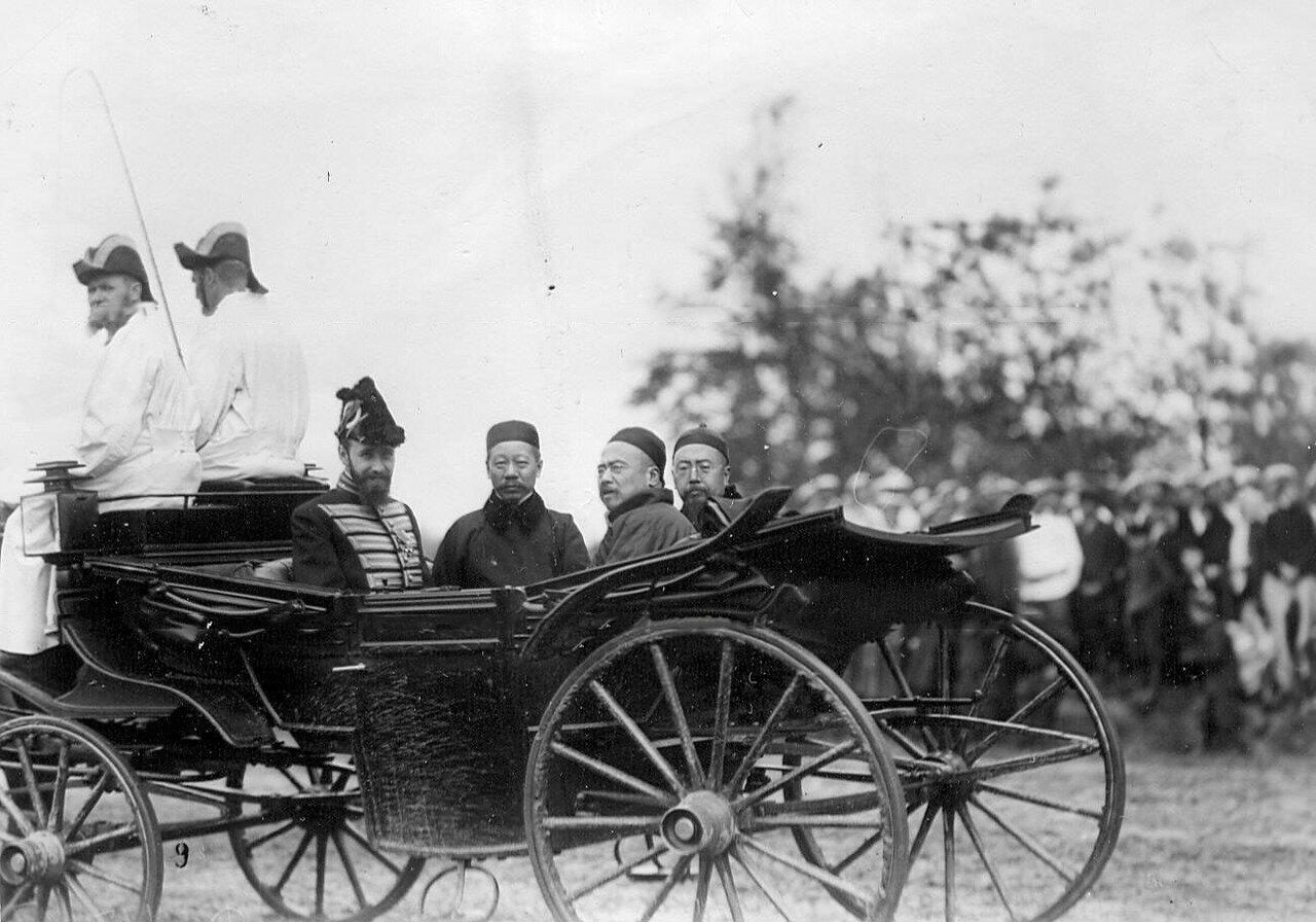 09. Группа представителей китайской миссии во время смотра новобранцев. 1907