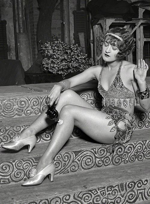 Washington, D.C., 1926. Chorus girl using electric massage vibrator.png