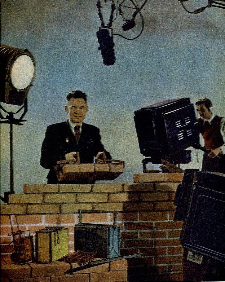 1953 В студии ЦТ лауреат Сталинской премии Фома Иванович Мальцев демонстрировал в студии сконструированные им приспособления для каменщиков..jpg