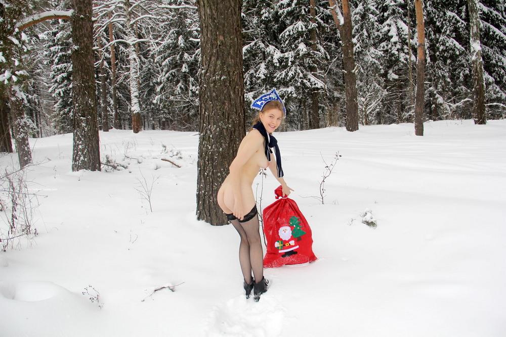 Голая Снегурочка в зимнем лесу