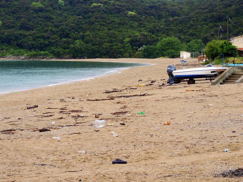 мусор на пляже Яз в Черногории