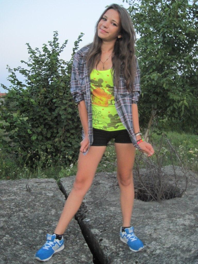 Юная красотка в клетчатой рубашке и шортах