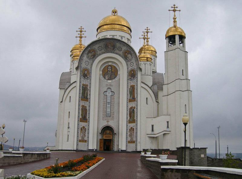 На фоне грозового неба собор выглядит еще более монументально (07.02.2014)