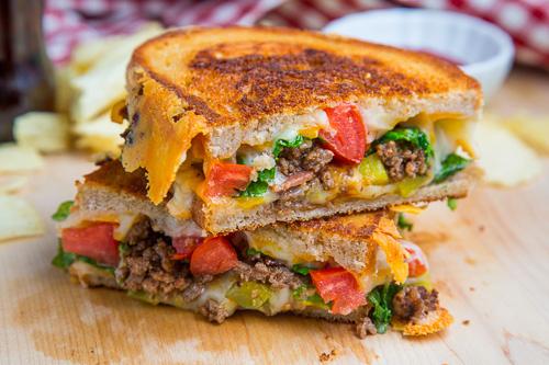 15. Чизбургер с беконом, обжаренным с овощами