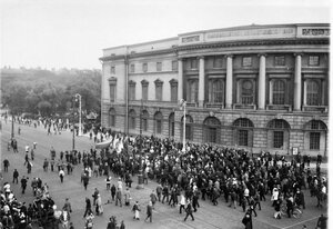Манифестанты у Императорской Публичной библиотеки на Невском проспекте.