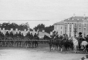 Уланский полк проходит церемониальным маршем мимо императора Николая II во время парада.