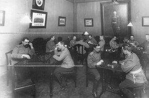 Офицеры лейб-гвардии 1 Артиллерийской бригады за игрой в шахматы и домино.