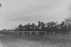 Император Николай II  принимает рапорт на параде.