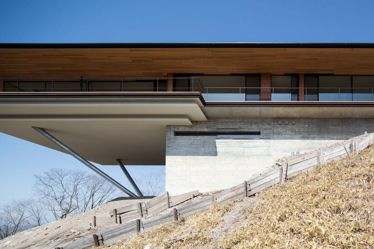 минимализм, Kidosaki Architects Studio, частный дом в горах, горы Яцугатаки, частные дома Нагано, дом на сваях, дом на склоне горы, особняки Японии