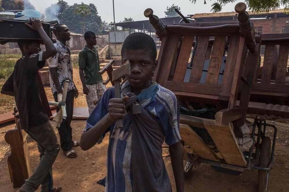 Дети из христианских семей грабят и жгут дома бежавших мусульман на окраине Банги