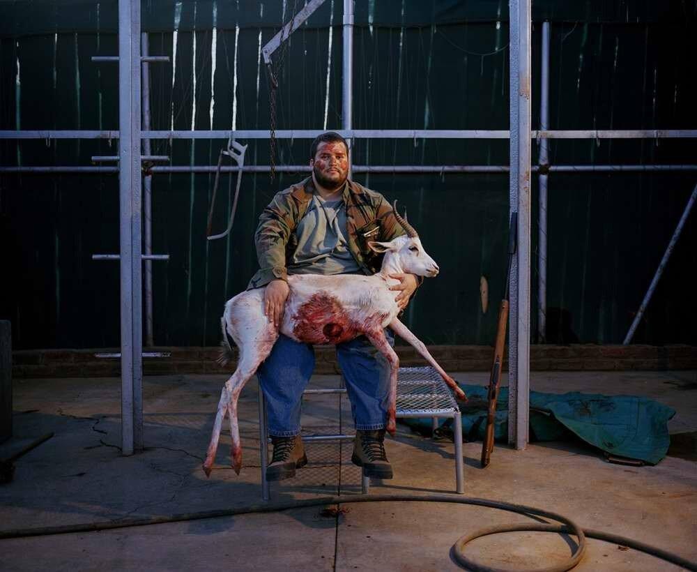 Охотник с лицом, испачканным кровью, с застреленной белой газелью, Южная Африка