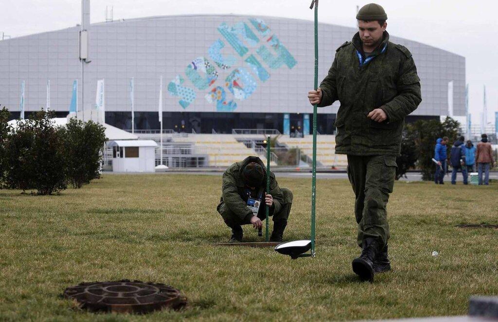 Военнослужащие Внутренних войск постоянно осматривают канализационные люки вокруг Олимпийского парка на предмет отыскания там взрывчатых веществ