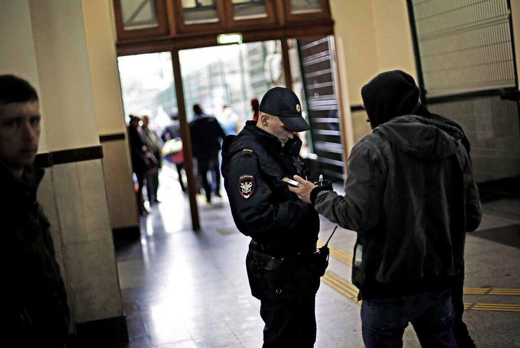 Проверка документов у пассажира на вокзале