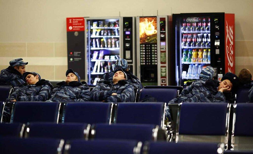 Полицейские, отдыхающие в зале ожидания для пассажиров