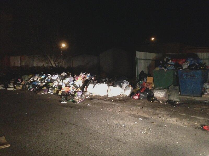 мусор мимо контейнеров