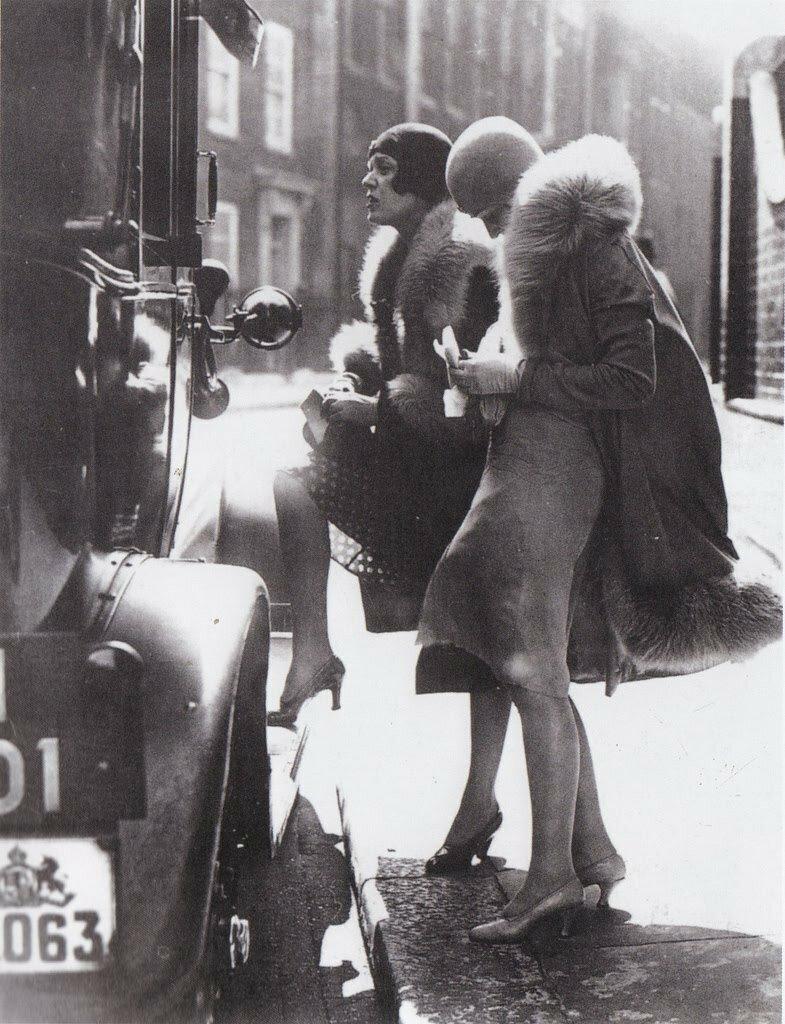 Две проститутки на Эрихштрассе садятся в автомобиль клиента. Берлин, 1920