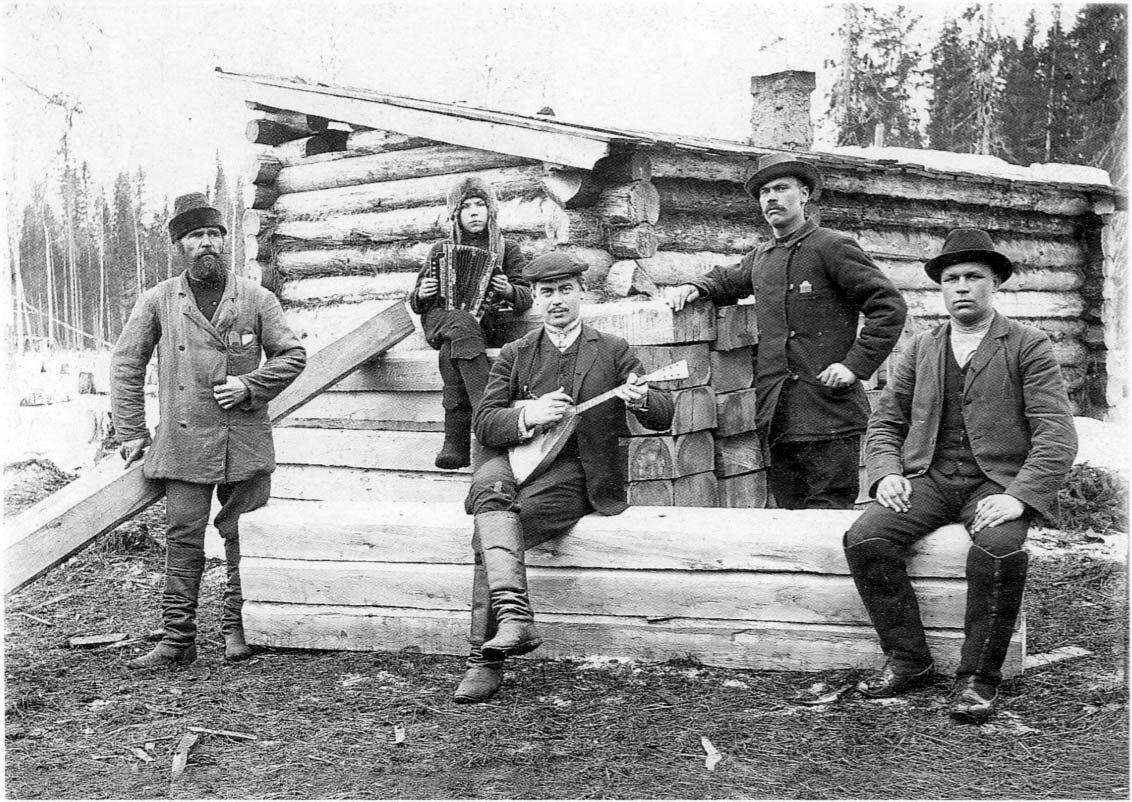 Архангельская губерния. Холмогорский уезд. Лесозаготовители на отдыхе. 1910-е