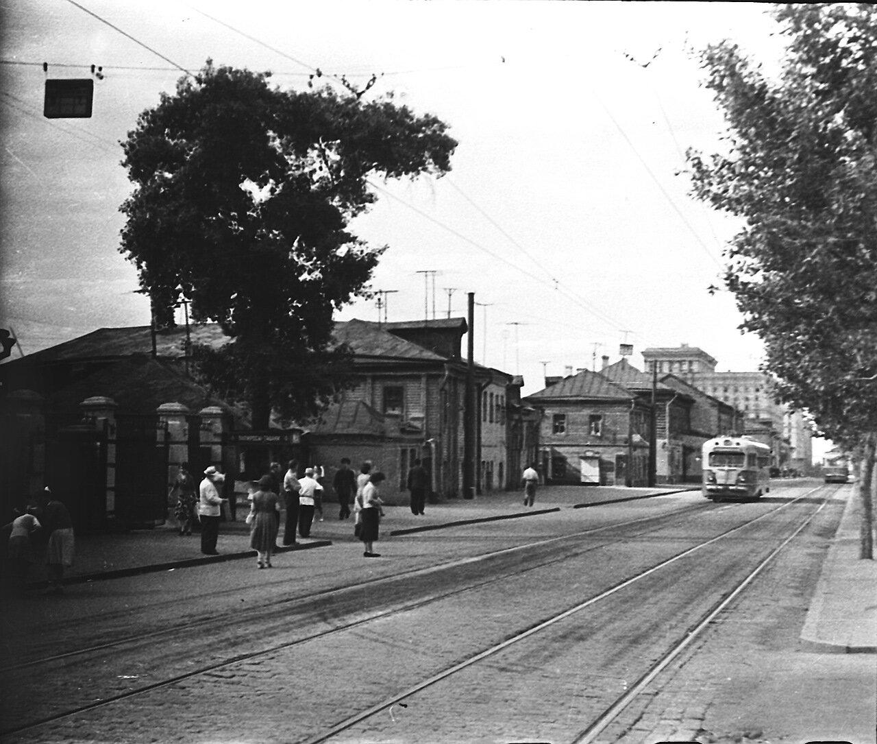 1960. Напротив станции метро «Мир» (нынешняя «Алексеевская»)