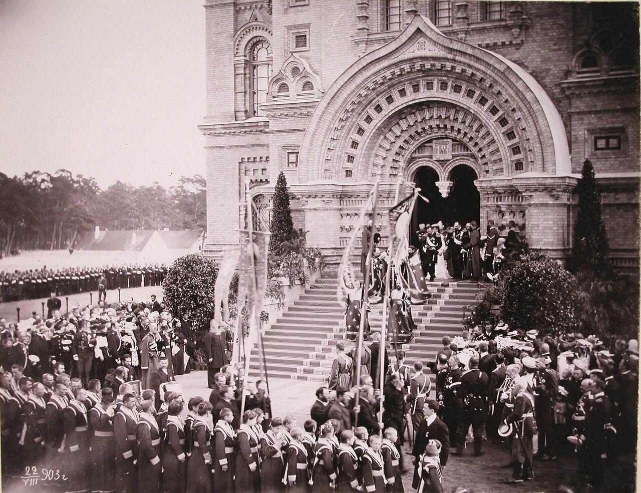 Члены императорской фамилии и сопровождающая их свита выходит из собора за священнослужителями для следования крестным ходом вокруг Морского собора во время его освящения