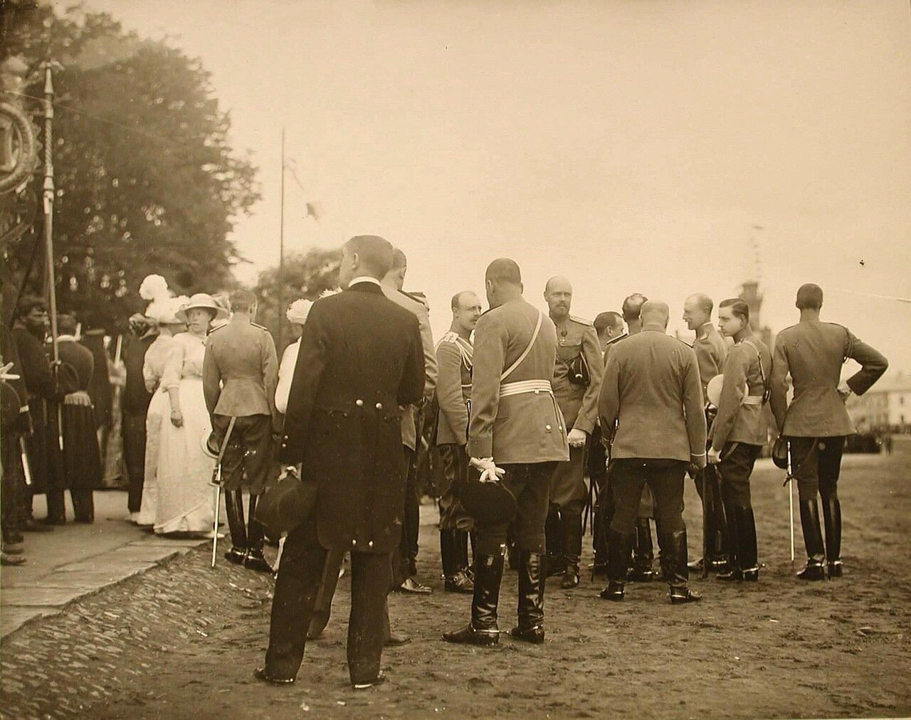44.  Группа высших офицерских чинов в ожидании прибытия императора Николая II; 2-я слева - великая княгиня Ольга Александровна.