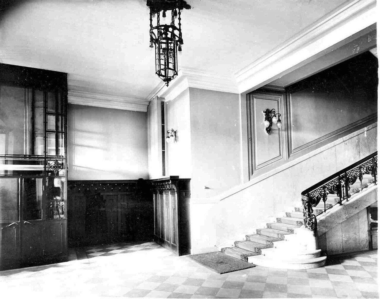 03. Вестибюль. Лестница