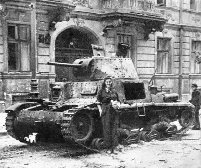 Танк M14/41 снят во время восстания в Варшаве. 1944 год.