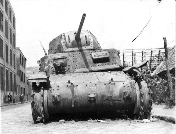Итальянский танк М15/42 подбитый в сражении за Будапешт, из состава 8-й дивизии SS.