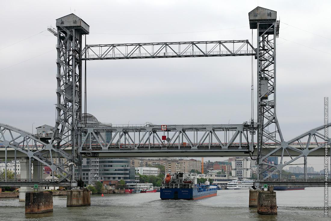 Железнодорожный мост Ростова-на-Дону. Два раза в сутки подъемная ферма взмывает вверх, и суда спокойно проходят под мостом