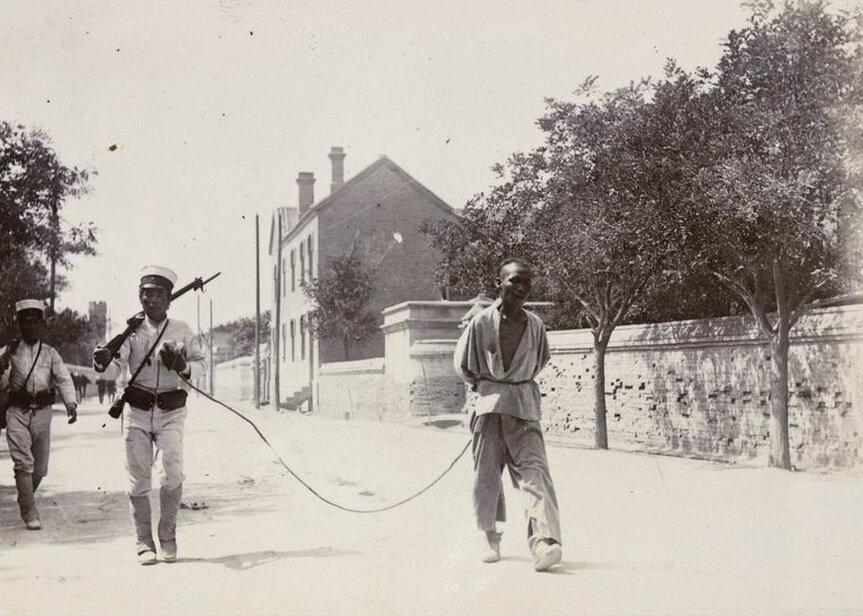 Японские солдаты ведут захваченного повстанца. 1900, Тяньцзинь