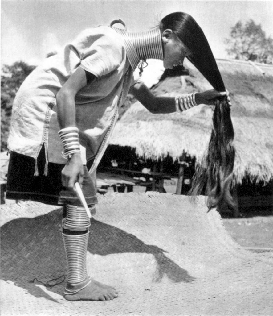 Фото голой девушки с длинной шеей