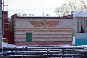 Кирпичная мозаика в виде эмблемы РЖД, Омск