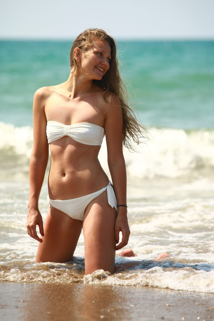 Девушка в купальнике морском пляже