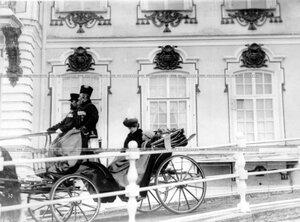 Императрица Александра Федоровна с сыном цесаревичем Алексеем отъезжает от Екатерининского дворца по окончании парада.