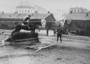 Конные состязания в бригаде преодоление  барьера на плацу.