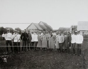 Группа офицеров полка с командиром в перерыве между маневрами.